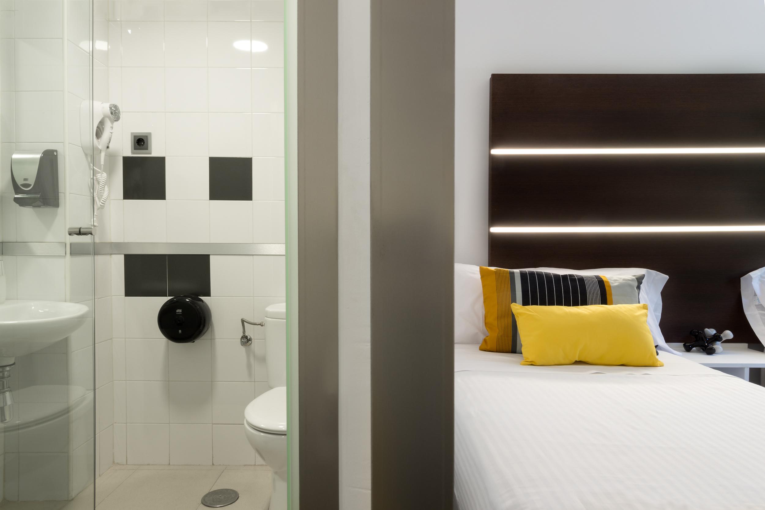 Habitaci n doble roisa hostal apartamentos turisticos for Licencia apartamento turistico madrid